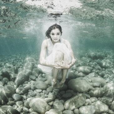 Fotografare la modella in piscina o in mare